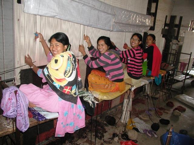 De collecties bestaan uit handgeknoopte tapijten die vervaardigd zijn door Tibetanen in Nepal. De 100% Tibetaanse wol die wordt gebruikt komt met name van schapen die in het Himalaya hooggebergte leven. Door de aanwezigheid van natuurlijk vet in de wol zijn deze tapijten vuilwerend en zeer duurzaam.  De collecties zijn verkrijgbaar in 5 verschillende knoopdichtheden: 60, 80, 100, 120 en 150 knots (knoops). Hoe hoger de knoopdichtheid hoe beter de kwaliteit. Bij deze collecties heeft u de keuze om uit verschillende materiaalsoorten: 100% wol, mix van wol en zijde, oplopend tot 100% zijde. Deze verschillende materialen kunnen in één tapijt gecombineerd worden, door voor elk onderdeel in het design een keuze hierin te maken. Zo kunt u er voor kiezen de basis van een tapijt in wol uit te voeren en het patroon in zijde.  In deze collecties is het bij De Munk Carpets mogelijk een eigen ontwerp aan te leveren zodat kleur, maat en ontwerp geheel naar uw idee aan het interieur kunnen worden aangepast.